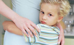Ba mẹ Làm gì khi bé quá bám mẹ?