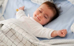 Trẻ sơ sinh 4 tháng tuổi ăn dặm chưa?