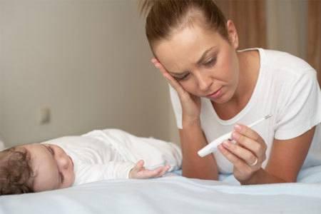 Các mẹ cần làm gì khi trẻ sơ sinh bị sốt