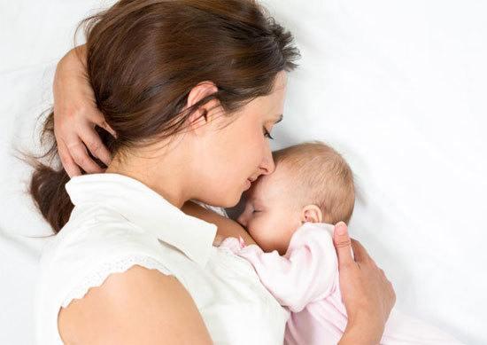 Cho bé bú đúng tư thế để bé dễ ợ khí thừa ra ngoài