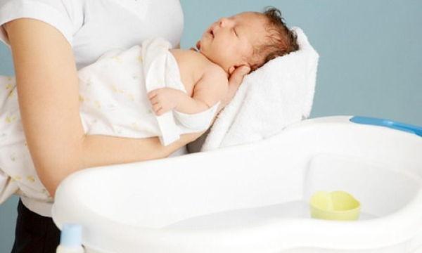 Tắm nhẹ nhàng để da trẻ mát và sạch