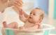Trẻ sơ sinh bị kê có nên tắm lá?