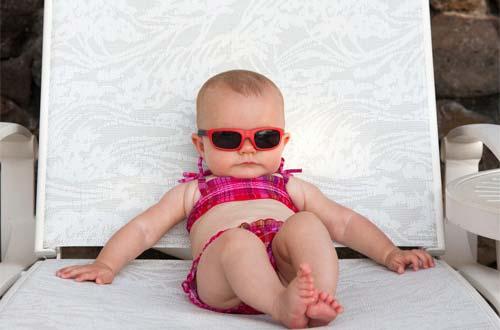 Tắm nắng cho trẻ sơ sinh sử dụng kính không chói mắt