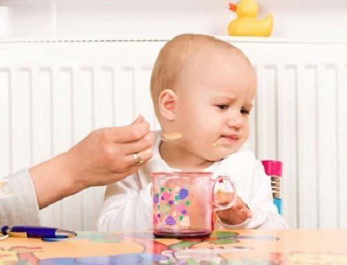 Trẻ sốt mọc răng thường bỏ ăn