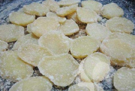 Sên khoai tây trên bếp với lửa nhỏ