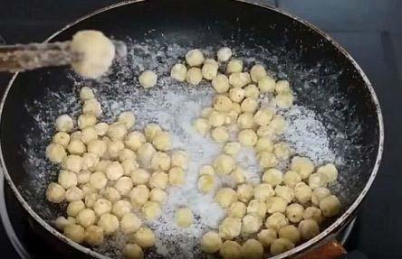 sên hạt sen trên bếp