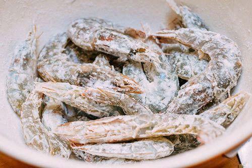 Tôm làm sạch, để ráo và lăn qua tinh bột khoai tây
