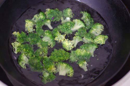 Bông cải xanh trụng vừa chín tới với nước sôi