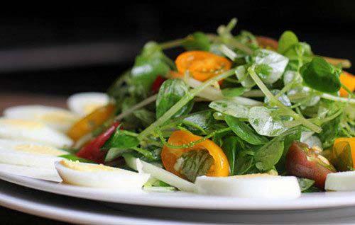 Salad trộn dầu giấm với rau càng cua đã xong