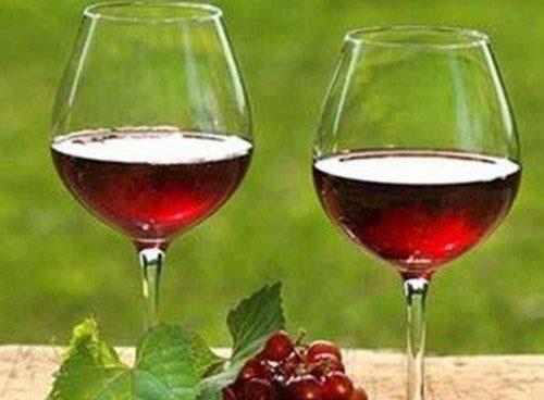Rượu nho sau khi ủ xong có màu nâu đỏ