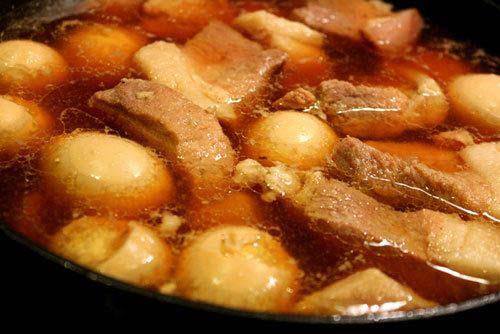Nấu thịt trứng với nước dừa