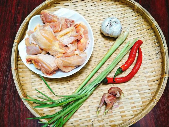 Chuẩn bị nguyên liệu và gia vị cho món thịt gà xào lăn