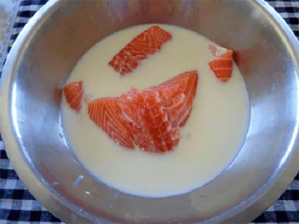 Ngâm cá với sữa tươi