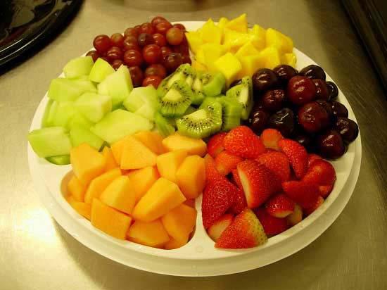 Cắt trái cây thành từng miếng nhỏ