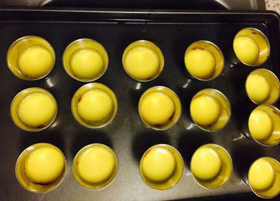 Cho hỗ hợp trứng và sữa vào hộp để hấp bánh