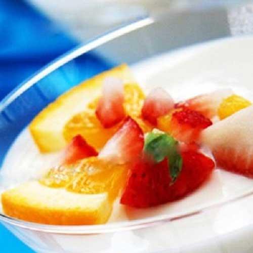 Để hoa quả lên bánh pudding sữa chua cam và thưởng thức