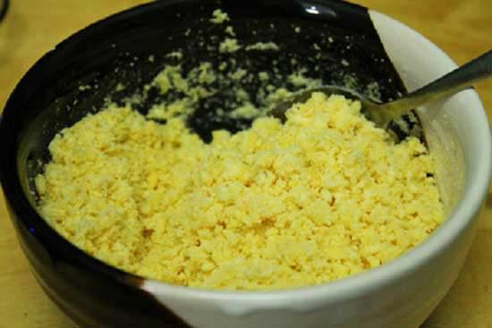 Đỗ xanh luộc chín và đun với dầu ăn cho đến khi khô