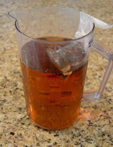 Pha nước trà đen
