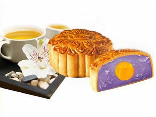 Thưởng thức bánh trung thu nhân khoai môn trứng muối với trà