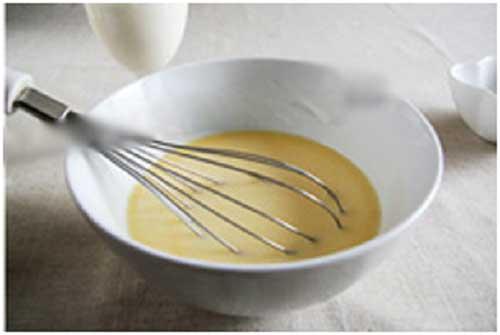 Trộn nước cam đã vắt với sữa chua không đường