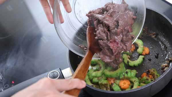 Cho thịt bò vào xào cùng đến khi chín và nêm gia vị