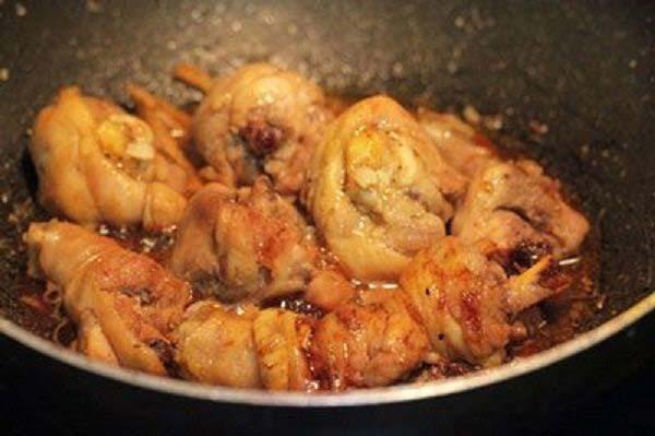 Kho thịt gà đến khi chín và ngấm đều gia vị