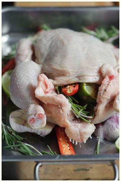 Làm sạch gà để chuẩn bị nướng