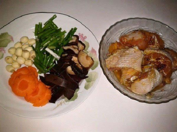 Sơ chế nguyên liệu nấu canh gà nấm hương