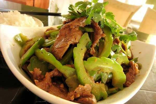 Thưởng thức mướp đắng xào thịt bò với cơm nóng