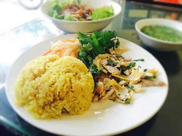Trình bày và thưởng thức cơm gà xé phay