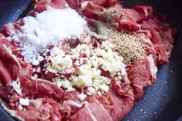 Ướp thịt bò với các gia vị