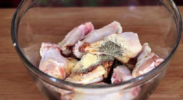 Ướp thịt gà với gia vị và hạt tiêu