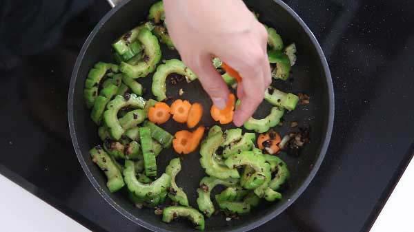 Xào chín mướp đắng và cà rốt