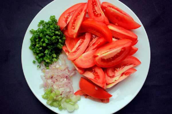 Sơ chế cà chua, hành lá và hành khô