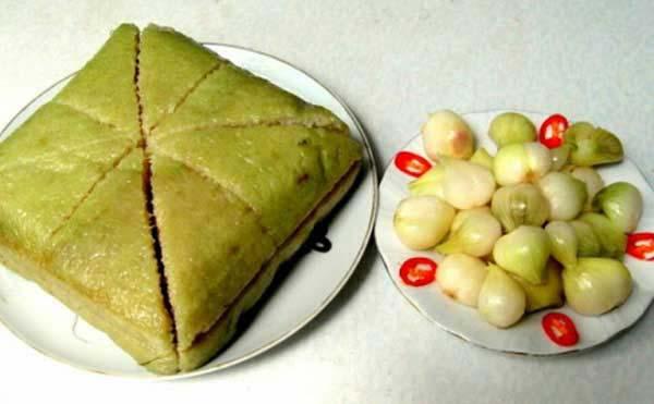 Thưởng thức bánh chưng với dưa hành muối