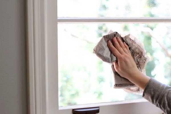 Đánh sạch cửa kính bằng giấy báo