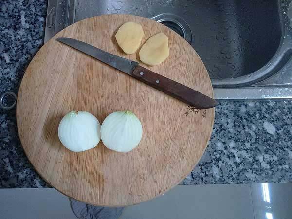 Mẹo cắt hành tây không bị cay mắt bằng khoai tây