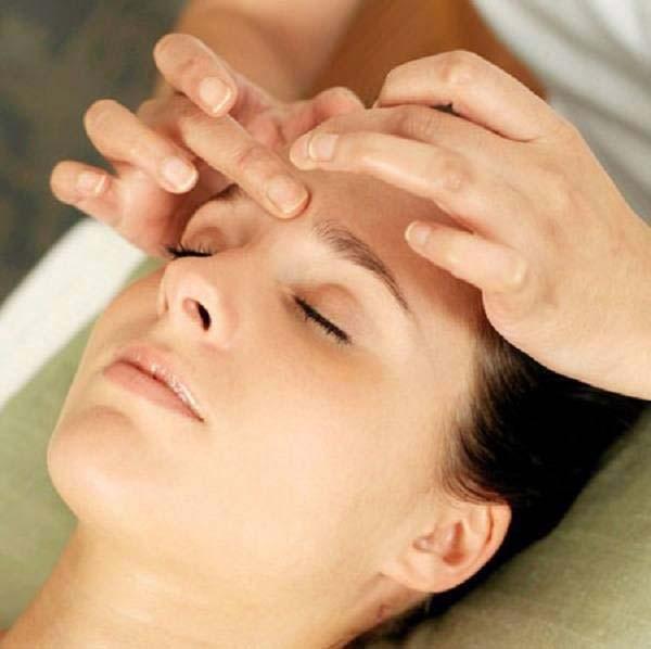 Bấm huyệt giúp giảm đau đầu nhanh chóng