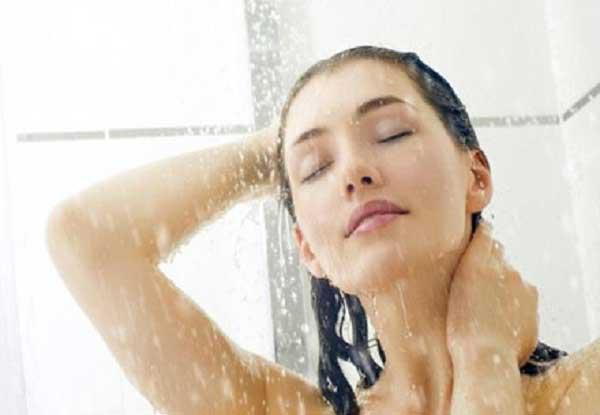 Chữa đau đầu bằng cách tắm nước ấm
