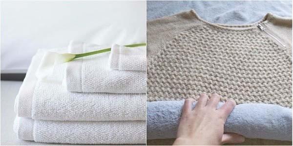 Cuộn quần áo trong khăn lông trước khi phơi