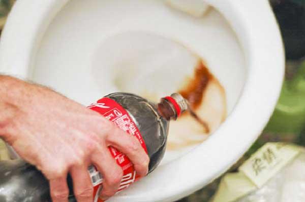 cách tẩy rửa bồn cầu bị ố vàng bằng coca cola