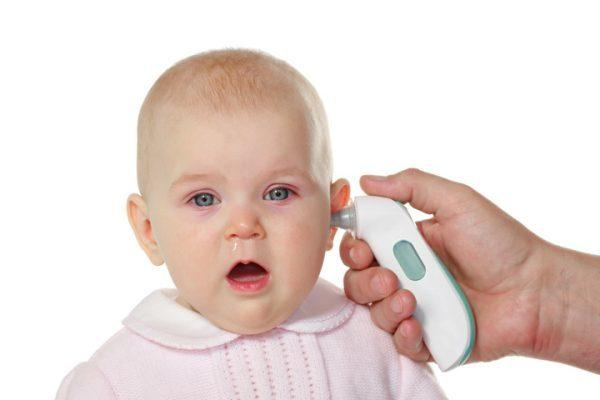 Cách hạ sốt cho trẻ em: Dùng nhiệt kế đo thân nhiệt của trẻ
