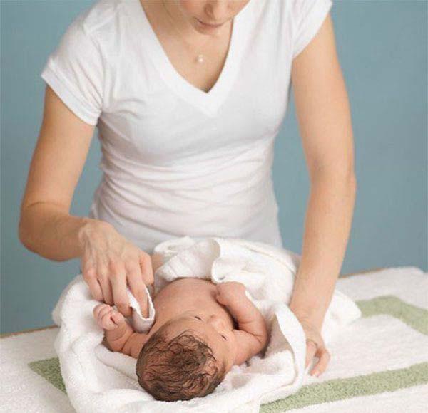 Cách hạ sốt cho trẻ em: Dùng khăn làm mát người cho bé