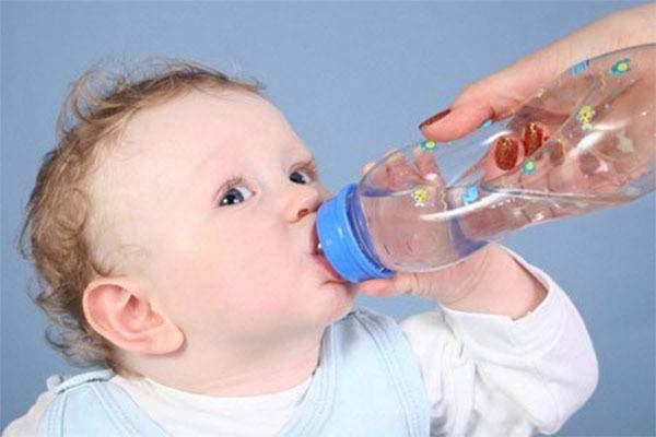 Cách hạ sốt cho trẻ: Bổ sung nước cho trẻ