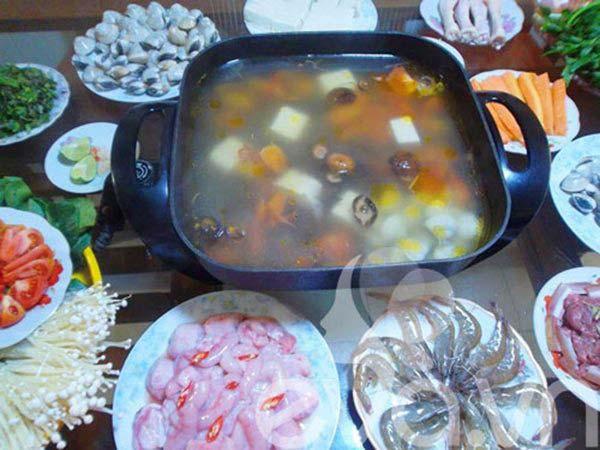 Trình bày và cùng gia đình thưởng thức món lẩu thập cẩm đón chào tết dương