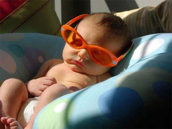 Để trẻ nằm tư thế thaoir mái và nhớ đêo kính bảo vẹ mắt cho trẻ