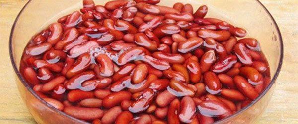 Rửa sạch đậu đỏ và ngâm đậu đỏ với nước ấm