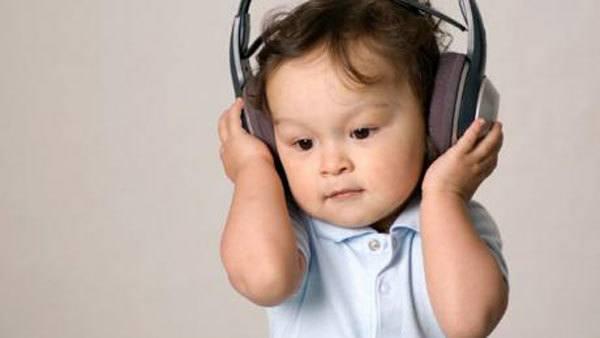Việc được nghe những bản nhạc quen thuộc sẽ giúp trẻ quên đi cảm giác say xe
