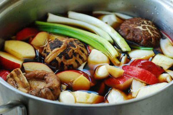 Đổ tất cả nguyên liệu vào nôi rồi đun sôi trong khoảng 30-45 phút