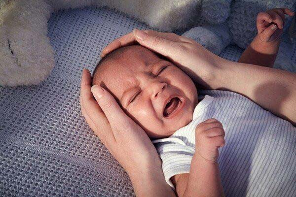 trẻ sơ sinh hoảng sợ